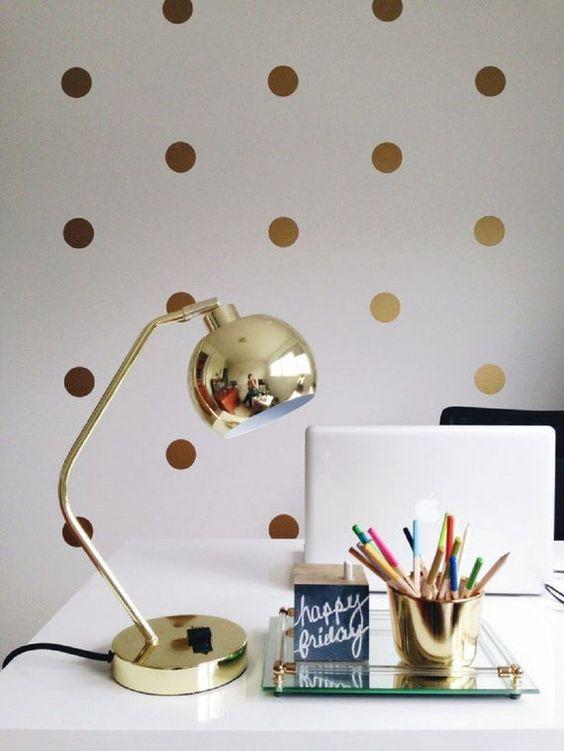 золотисті паперові кружечки на стіні в інтер'єрі