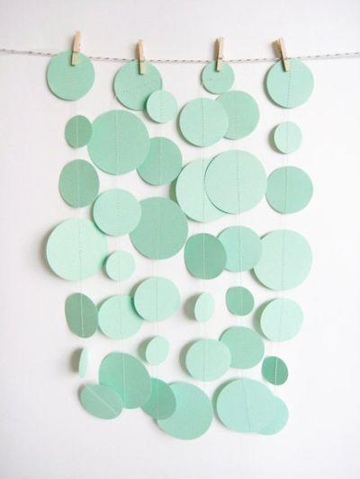 Паперові кружечки на стіні в інтер'єрі