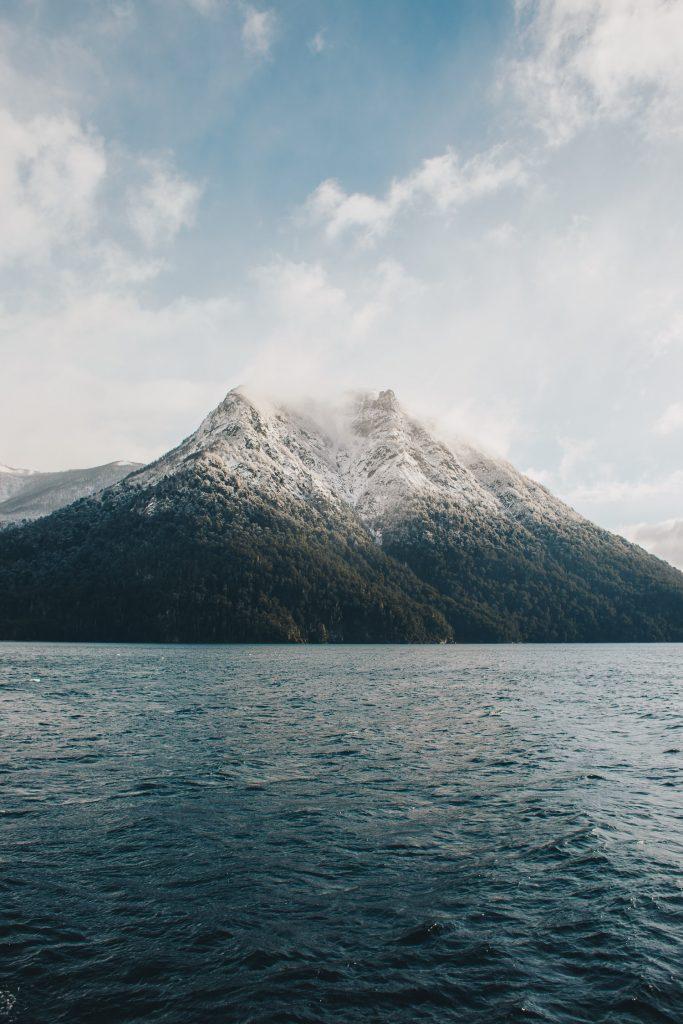 фото скелі і море