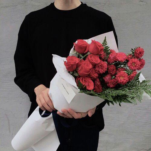 чоловік з квітами