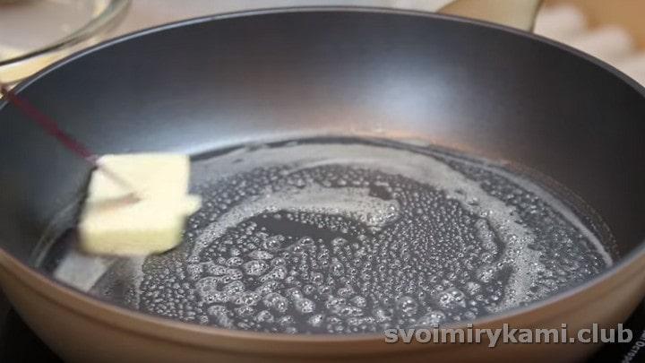 Смажити японські панкейки будемо на добре розігрітій сковороді, яку необхідно злегка змастити вершковим маслом.