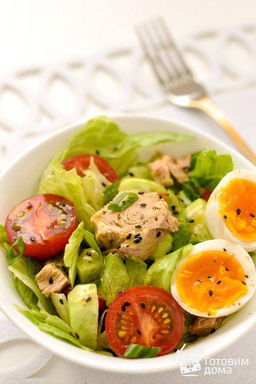 салат з тунцем і томатами